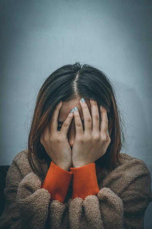 frustreret træt trist irriteret pige hænder (Foto: Unsplash)