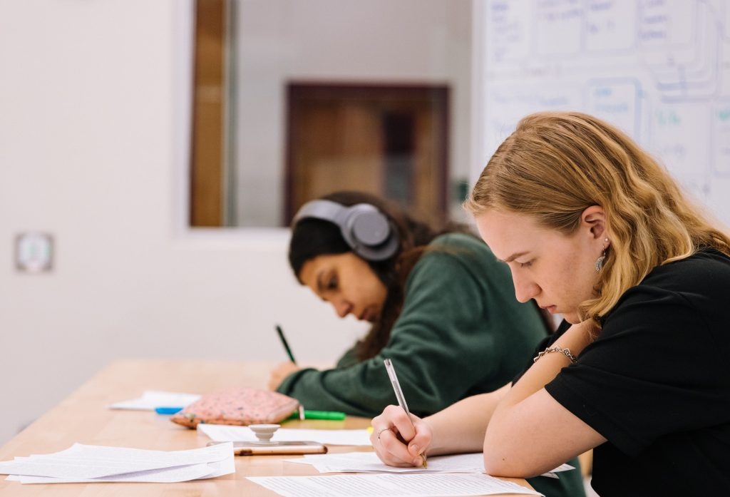 unge sårbare læser studerer studerende arbejde lektier (Foto: Unsplash)