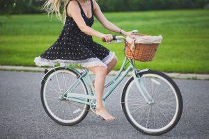 cykel cykle pige sommer græs (Foto: Unsplash)