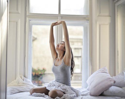 pige godmorgen stræk ryg øvelse hjem (Foto: Unsplash)