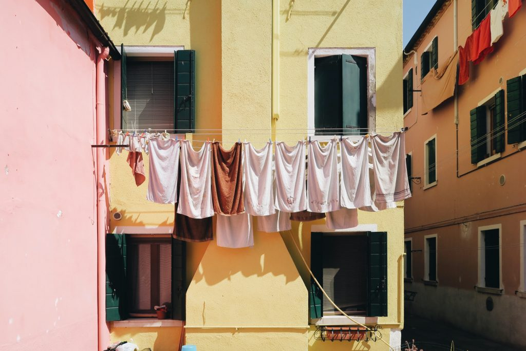 vasketøj tørresnor (Foto: Unsplash)