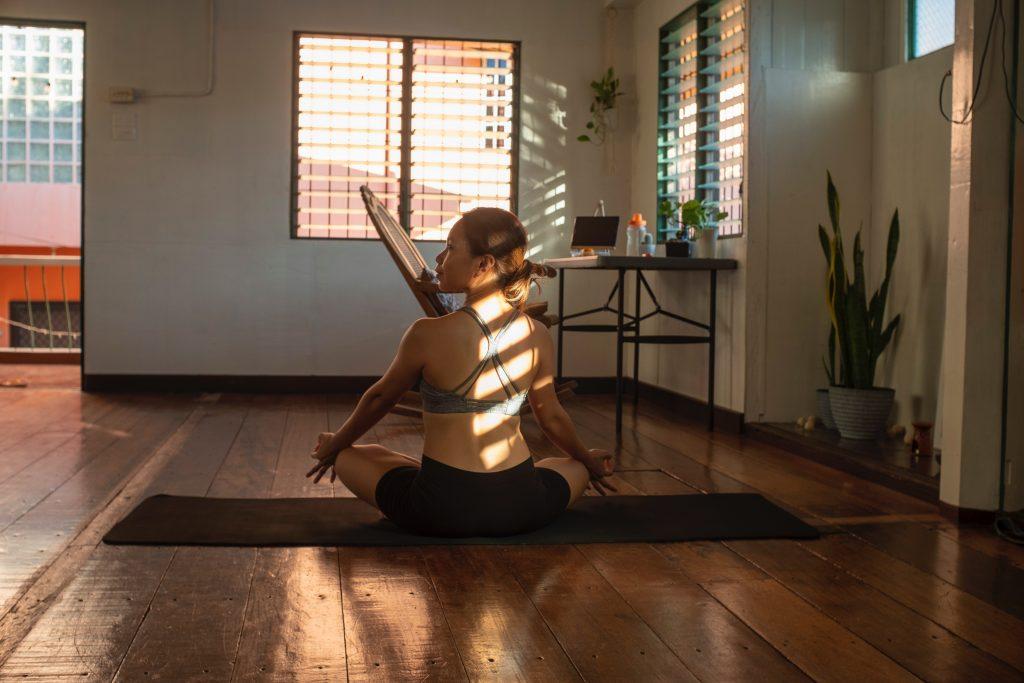 yoga hjem pige øvelse zen (Foto: Unsplash)