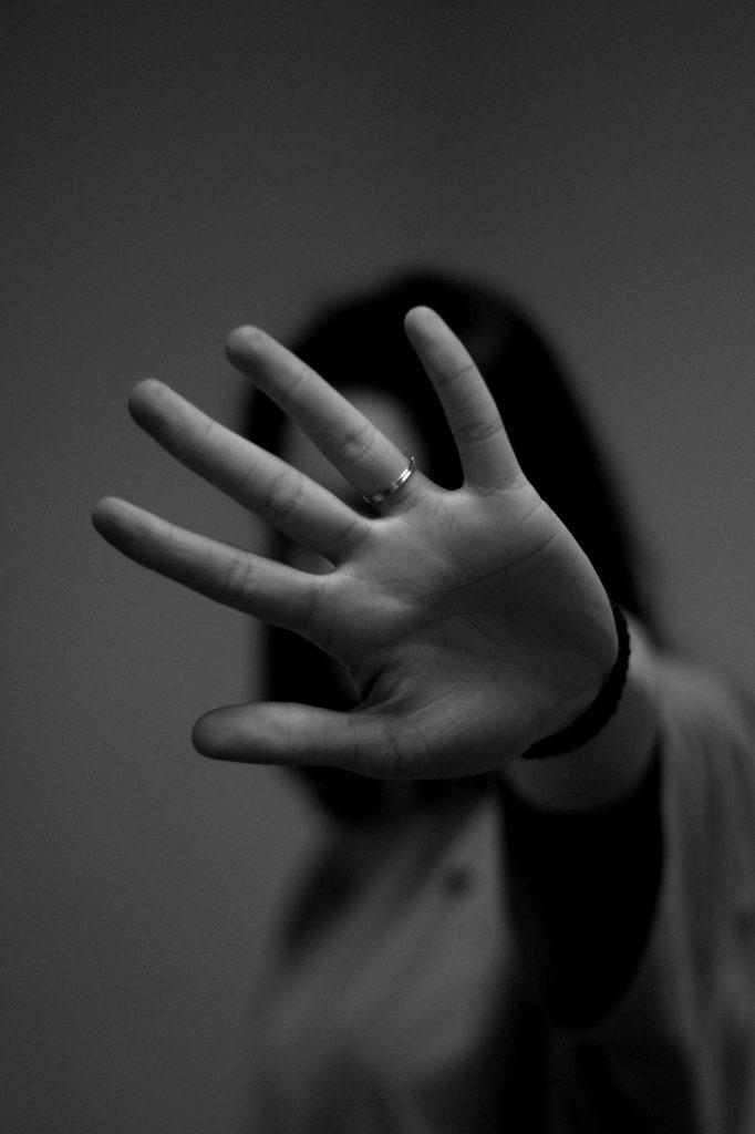 had hånd vold trist