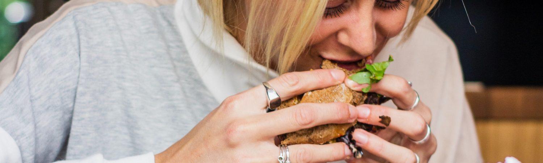 pigekvinde spiser burger