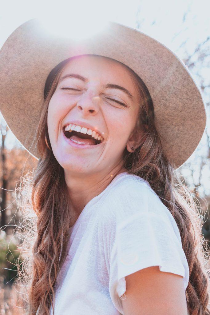 pige glad smiler