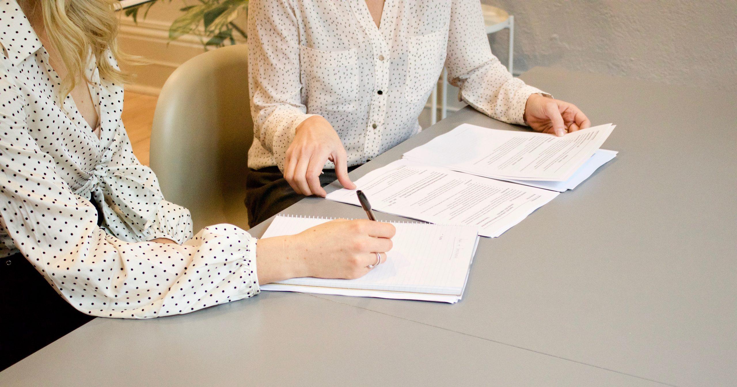 skrive under kontrakt