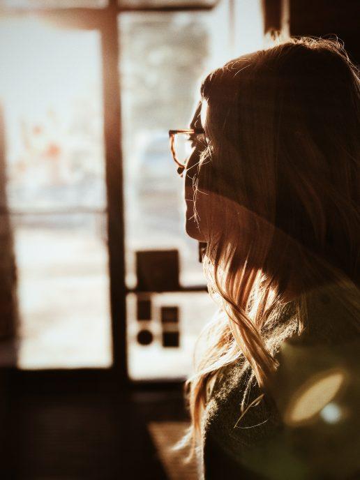 pige tænker vindue