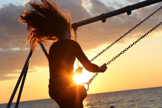 gynge pige glad havet